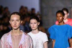 MILAN, ITALIE - 20 SEPTEMBRE : Promenade de modèles la piste pendant l'exposition de Mila Schon Image libre de droits