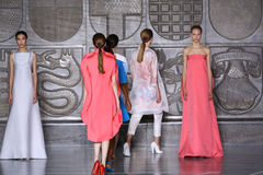 MILAN, ITALIE - 20 SEPTEMBRE : Promenade de modèles la piste pendant l'exposition de Mila Schon Images libres de droits