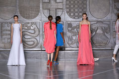MILAN, ITALIE - 20 SEPTEMBRE : Promenade de modèles la piste pendant l'exposition de Mila Schon Photo stock