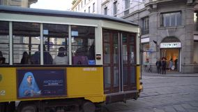 Milan, Italie - 12 03 2019 : transport en commun de tram ? Milan banque de vidéos