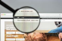 Milan Italien Augusti 10, 2017: Abercrombie websitehomepage Det a Arkivfoton