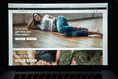 Milan Italien Augusti 10, 2017: Abercrombie websitehomepage Det a Royaltyfri Bild