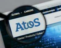 Milan Italien - Augusti 10, 2017: Atos logo på websitehomepaen arkivfoto