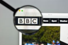 Milan Italien - Augusti 10, 2017: BBCwebsitehomepage Det är en Br Arkivfoto