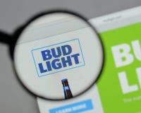 Milan Italien - Augusti 10, 2017: Bud Light logo på websiten ho Royaltyfri Bild
