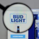 Milan Italien - Augusti 10, 2017: Bud Light logo på websiten ho Fotografering för Bildbyråer