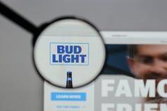 Milan Italien - Augusti 10, 2017: Bud Light logo på websiten ho Arkivbild