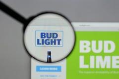 Milan Italien - Augusti 10, 2017: Bud Light logo på websiten ho Arkivbilder