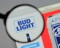Milan Italien - Augusti 10, 2017: Bud Light logo på websiten ho Arkivfoto