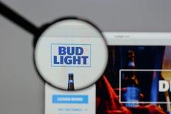 Milan Italien - Augusti 10, 2017: Bud Light logo på websiten ho Arkivfoton