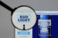 Milan Italien - Augusti 10, 2017: Bud Light logo på websiten ho Royaltyfria Bilder