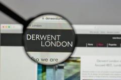 Milan Italien - Augusti 10, 2017: Derwent London PLC-logo på wen arkivbilder