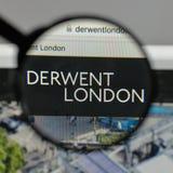 Milan Italien - Augusti 10, 2017: Derwent London PLC-logo på wen royaltyfri foto