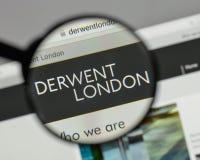 Milan Italien - Augusti 10, 2017: Derwent London PLC-logo på wen royaltyfria bilder