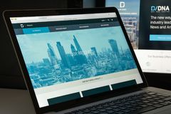 Milan Italien - Augusti 10, 2017: Dow Jones websitehomepage Det är Arkivfoton