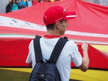 Milan Italien - Augusti 29, 2018: En fan med en stor Ferrari flagga royaltyfria bilder