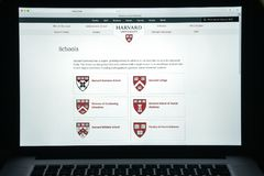 Milan Italien - Augusti 10, 2017: Harvard eduwebsitehomepage Mummel Arkivbilder