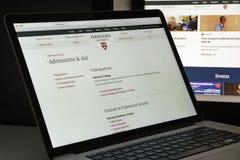 Milan Italien - Augusti 10, 2017: Harvard eduwebsitehomepage Mummel Arkivfoto