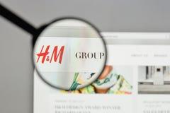 Milan Italien - Augusti 10, 2017: Hennes & Mauritz AB logo på Arkivbilder