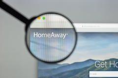 Milan Italien - Augusti 10, 2017: Homeaway websitehomepage Det är Arkivbild