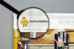 Milan Italien - Augusti 10, 2017: Istructables websitehomepage I Arkivfoton