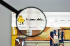 Milan Italien - Augusti 10, 2017: Istructables websitehomepage I Arkivfoto
