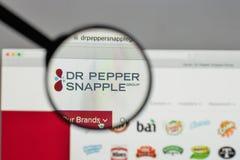 Milan Italien - Augusti 10, 2017: Logo för Dr Pepper Snapple Group på Royaltyfri Bild