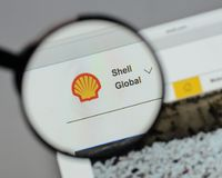 Milan Italien - Augusti 10, 2017: Shell BG grupperar logo på websien Arkivfoton