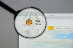 Milan Italien - Augusti 10, 2017: Shell BG grupperar logo på websien Royaltyfria Bilder