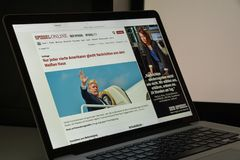 Milan Italien - Augusti 10, 2017: Spiegel websitehomepage är en Arkivbild