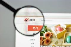 Milan Italien - Augusti 10, 2017: Weibo websitehomepage Det är th Arkivbilder