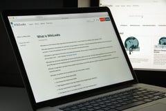 Milan Italien - Augusti 10, 2017: Wikileaks websitehomepage Det I Arkivfoton