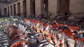 Milan Italien - 12 03 2018: cyklar för hyra i gatorna av Milan lager videofilmer