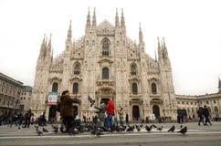 MILAN ITALIEN - DECEMBER 14: Turister som matar fåglar på Milan Royaltyfri Foto