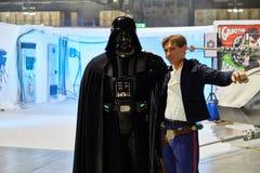 Milan Italien - den Cartoomics för mars 8 2019 komiker lurar Darth Vader och Han Solo från startkrig royaltyfria bilder