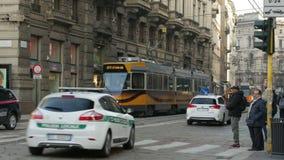 Milan Italien Februari 24, 2017 Fullsatt gata med spårvagnar, bilar, folk Zoom in arkivfilmer