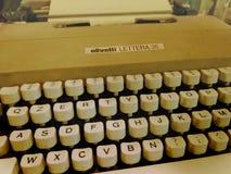 Milan Italien - Februari 3, 2019: Klassisk bilshow för tappning - den gamla retro Olivetti Lettera 35 skrivmaskinen, handstilmask royaltyfri bild