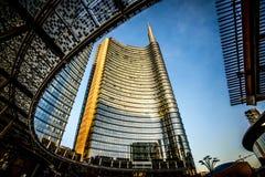MILAN ITALIEN - FEBRUARI 04,2016: Milan Porta Garibaldi område Den Unicredit bankskyskrapan Royaltyfri Foto