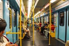MILAN ITALIEN - FEBRUARI 25: Pendlare i gångtunnelvagn på Februari 25, 2018 i Milan, Italien Den Milan tunnelbanan är spridd arkivfoton
