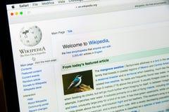 Milan Italien - Februari 27, 2017: Wikipedia website på bärbar datorsc Royaltyfri Bild