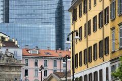 Milan (Italien), gamla och moderna byggnader Arkivbild