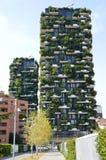 MILAN ITALIEN - JULI 19, 2017: Bosco Verticale vertikala skoghyreshusar i det Porta Nuova området av staden av Milan, I Arkivfoto