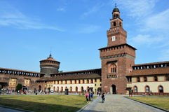 MILAN ITALIEN - JULI 19, 2017: Den Sforza slotten Castello Sforzesco är en slott i Milan, Italien Det byggdes i det 15th århundra Royaltyfria Bilder