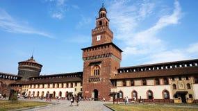 MILAN ITALIEN - JULI 19, 2017: Den Sforza slotten Castello Sforzesco är en slott i Milan, Italien Det byggdes i det 15th århundra Arkivfoto