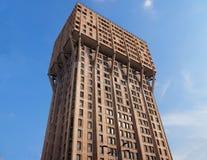 MILAN ITALIEN - Juli 12, 2018: Det Torre Velasca Velasca tornet är en skyskrapa som byggs i 1958 Arkivbilder