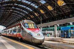 MILAN ITALIEN - JULI 14, 2016 Milan Central Station snabbt drev Trenitalia Frecciarossa, röd pil Fotografering för Bildbyråer