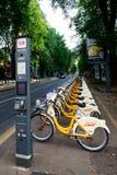 MILAN ITALIEN, JUNI 06 2014: cyklar som delar i Milan nära centralstationen, Milan Italy juni 06 2014 Arkivfoton