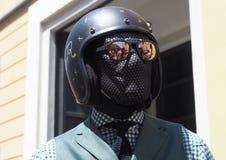 MILAN ITALIEN - JUNI 16, 2018: Den excentriska mannen som poserar för fotografer i gatan för, FÖRESTÄLLER modeshowen Arkivbild