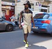 MILAN ITALIEN - JUNI 16, 2018: Den excentriska mannen som poserar för fotografer i gatan för, FÖRESTÄLLER modeshowen Royaltyfri Fotografi