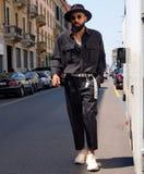 MILAN ITALIEN - JUNI 16, 2018: Den excentriska mannen som poserar för fotografer i gatan för, FÖRESTÄLLER modeshowen Royaltyfri Foto